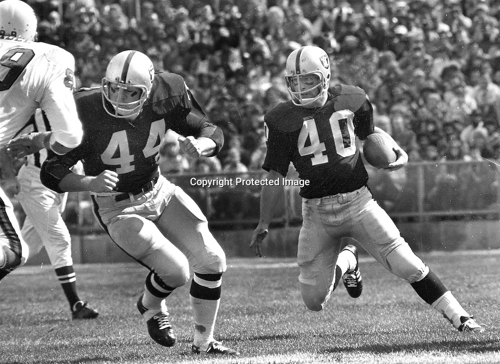 Oakland Raiders Pete Banazak running behind the block of fullback Marv Hubbard. (1971 photo/Ron Riesterer)