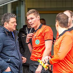 im Bild: Jenas Geschaeftsfuehrer Chris Foerster (links) und Schiedsrichter Florian Exner (mitte) diskutieren in der Spielunterbrechung<br />  beim Spiel in der 3. Liga, FC Carl Zeiss Jena - TSV 1860 München.<br /> <br /> Foto © PIX-Sportfotos *** Foto ist honorarpflichtig! *** Auf Anfrage in hoeherer Qualitaet/Aufloesung. Belegexemplar erbeten. Veroeffentlichung ausschliesslich fuer journalistisch-publizistische Zwecke. For editorial use only. DFL regulations prohibit any use of photographs as image sequences and/or quasi-video.