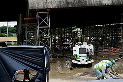 November 21, 2018 - SãO Paulo, Brazil - SÃO PAULO, SP - 21.11.2018: OPERÁRIOS INSTALAM ESTACA DE SUSTENTAÇÃO - The workers installed the seventh of ten cuttings that will support a base of support where the hydraulic jacks that will raise the viaduct of the Pinheiros River Marginal will be placed this morning (21) (Credit Image: © Aloisio Mauricio/Fotoarena via ZUMA Press)