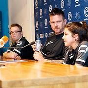 NLD/Zwolle/20180418 - Johnny de Mol onthult de nieuwe Eredivisiebal, Johnny en 2 jongeren van Syndroom