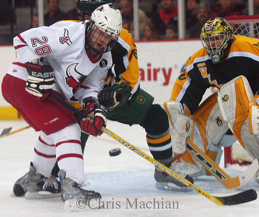 1/07/05 Omaha, Neb.University of  Nebraska at Omaha's Kaleb Betts watches a loose puck during the first period in University of  Nebraska at Omaha's game against Northern Michigan Friday night in Qwest Center Omaha. (photo by chris machian/Prarie Pixel Group)