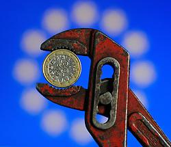 THEMENBILD - Euro Finanzkrise, portugiesischer Euro in der Zange, Wien, AUT, EXPA Pictures © 2011, PhotoCredit: EXPA/ M. Gruber