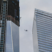 USA/New Yok/20120301 - New York, vliegtuig boven de nieuwbouw in New York