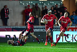 Scarlets' Aaron Shingler runs in his sides sixth try<br /> <br /> Photographer Craig Thomas/Replay Images<br /> <br /> Guinness PRO14 Round 13 - Scarlets v Dragons - Friday 5th January 2018 - Parc Y Scarlets - Llanelli<br /> <br /> World Copyright © Replay Images . All rights reserved. info@replayimages.co.uk - http://replayimages.co.uk