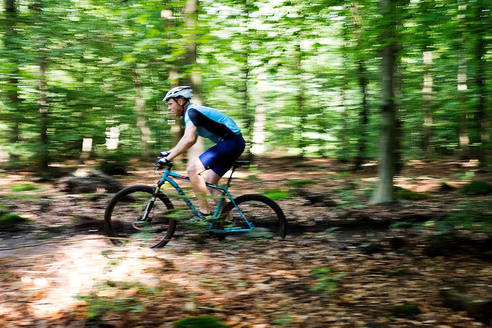 In Zeist rijdt een man op een mountainbike door het bos.<br /> <br /> In Zeist a man on a mountainbikes ride at the woods.