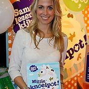 NLD/Amsterdam/20100218 - Presentatie boekje Vivienne Ewbank door Tanja Jess , Vivienne Ewbank met door haar geschreven boek