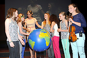 Koningin Máxima opent het ECSITE-congres voor cultuur-en wetenschapscommunicatie in het World Forum in Den Haag. Het Museon organiseert de 25e editie van het driedaagse internationale congres.<br /> <br /> Queen Máxima opens ECSITE conference for culture and science communication at the World Forum in The Hague. Museon organizes the 25th edition of the three-day international conference<br /> <br /> Op de foto / On the photo:   Openingshandeling door Koningin Maxima, een symbolische handeling met een link naar People, Planet, Peace thema (wereldbol) en jongeren van de Montessorischool Waalsdorp<br /> <br /> Opening ceremony by Queen Maxima, a symbolic act with a link to People, Planet, Peace theme (globe) and youth of the Montessori Waalsdorp
