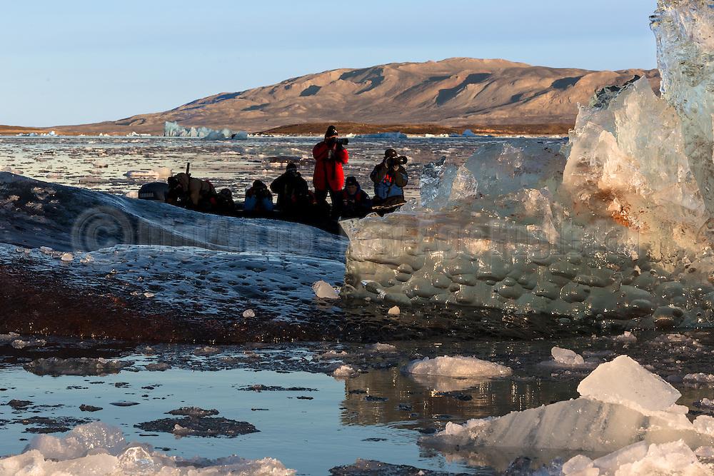 Photographing ice at Kongsfjorden, Spitzbergen in the morninglight   Fotografering av is i Kongsfjorden, Svalbard i morgenlyset.