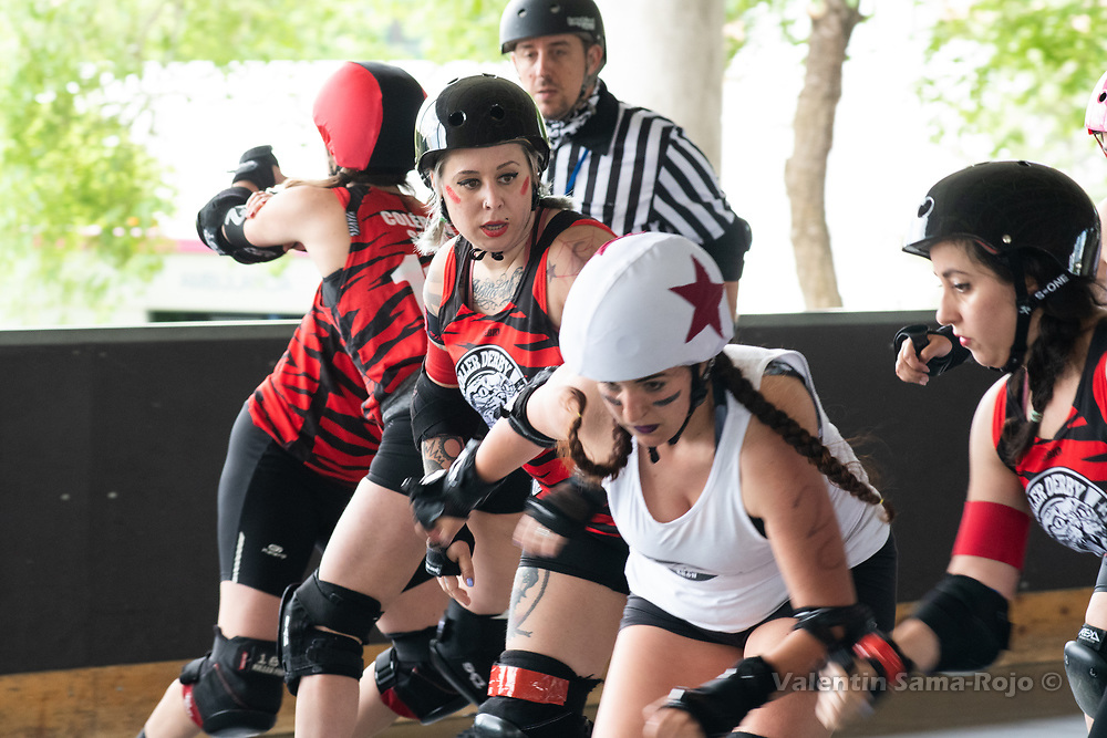 Madrid, Spain. 26th May, 2018. Jammer of West Team, #2 Fast & Furious, escaping from the defensive wall of Roller Derby Madrid B. © Valentin Sama-Rojo