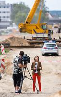 08.07.2017 Bialystok Budowa obwodnicy Bialegostoku - miejsce znalezienia 500 kg niewybuchu z czasow II wojny swiatowej . W niedziele , na czas operacji wywozenia bomby lotniczej , zarzadzono ewakuacje ok. 10 tys osob w prominiu ok 1,5 km od niebezpiecznego znaleziska N/z ekipa TVN nadaje relacje na zywo z miejsca znalezienia niewybuchu fot Michal Kosc / AGENCJA WSCHOD