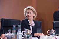 23 JAN 2013, BERLIN/GERMANY:<br /> Ursula von der Leyen, CDU, Bundesarbeitsministerin, im Gespraech, vor Beginn der Kabinettsitzung, Bundeskanzleramt<br /> IMAGE: 20130123-01-019<br /> KEYWORDS: Kabinett, Sitzung