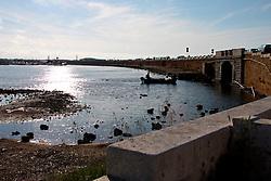 24/04/2009 Brindisi zona Sciaia una imbarcazione di pescatori si avvia verso il largo