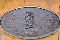 République d'Irlande, Dublin, plaque commemorative des grands écrivains irlandais dans les jardins de la cathedrale Saint Patrick, Yeats // Republic of Ireland; Dublin, famous irish writer memorial in Garden of St Patrick's Cathedral, Yeats