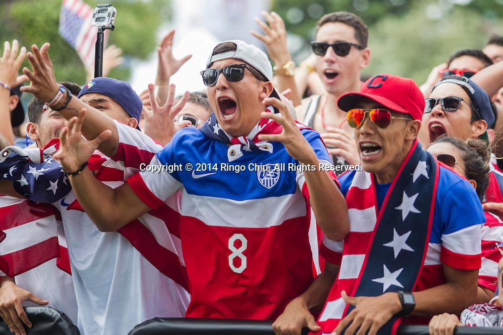 7月1日,美國球迷在洛杉磯雷東多海灘觀看世界杯足球賽直播。比利時憑藉延長賽二度開射,最終以2:1力克美國晉級。當日,世界杯16強決賽美國隊迎戰比利時隊吸引了不少美國球迷的觀看。據統計,當天下午有上百萬美國人因世界杯而請假。(新華社發 趙漢榮攝)<br /> United States fans react while watching the World Cup soccer match between the U.S. and Belgium at a viewing party on Tuesday, July 1, 2014, in Redondo Beach, California. Belgium won 2-1 in extra time. (Xinhua/Zhao Hanrong)(Photo by Ringo Chiu/PHOTOFORMULA.com)