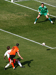 14.06.2010, Soccer City Stadium, Johannesburg, RSA, FIFA WM 2010, Niederlande vs Dänemark im Bild Robin Van Persie of Netherlands shoots wide of goal past Thomas Sorensen of Denmark, EXPA Pictures © 2010, PhotoCredit: EXPA/ IPS/ Mark Atkins / SPORTIDA PHOTO AGENCY