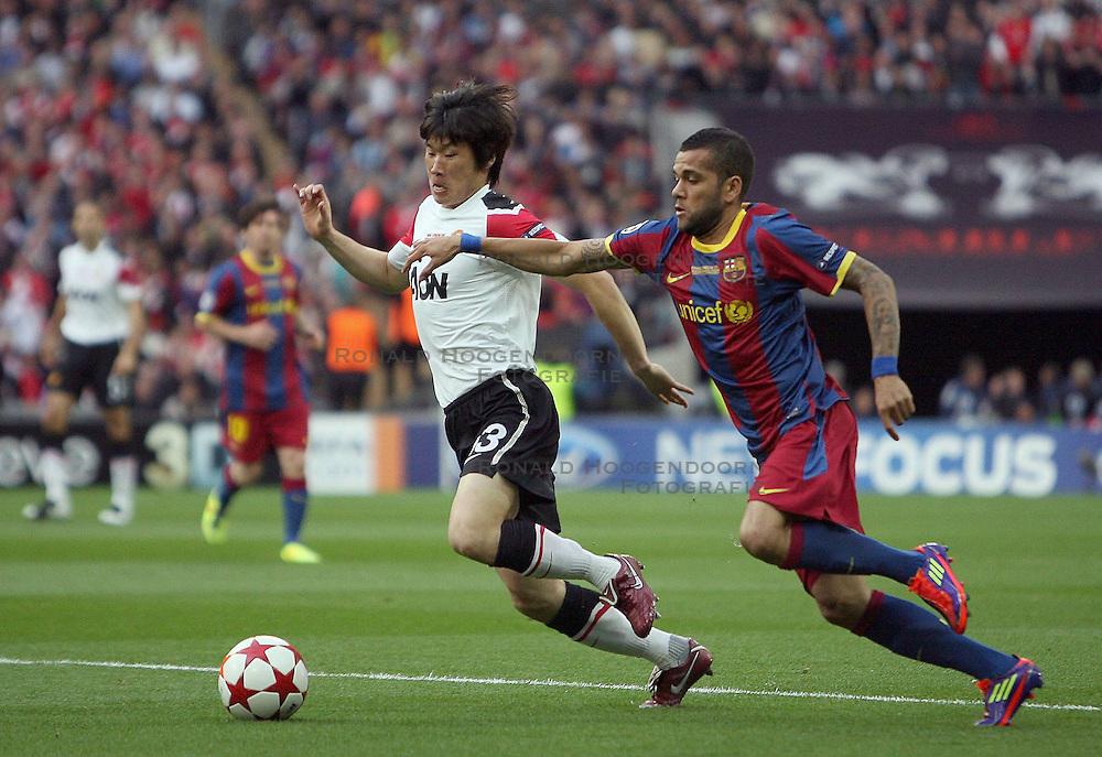 28-05-2011 VOETBAL: CHAMPIONS LEAGUE FINAL FC BARCELONA - MANCHESTER UNITED: LONDON<br />  Park Ji-Sung of Manchester Utd and Barcelona s Dani Alves<br /> ***NETHERLANDS ONLY***<br /> ©2011- FotoHoogendoorn.nl/nph/M. Pozzetti
