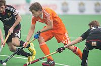 NEW DELHI -  Constantijn Jonker (m) in duel met de Duitser Jan Philipp Rabente tijdens de kwart finale van  de finaleronde van de Hockey World League tussen de mannen van Nederland en Duitsland . rechts Benjamin Wess van Duitsland. ANP KOEN SUYK