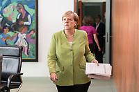 29 AUG 2018, BERLIN/GERMANY:<br /> Angela Merkel, CDU, Bundeskanzlerin, mit Unterlagen, auf dem Weg zu ihrem Platz, vor Beginn der Kabinettsitzung, Bundeskanzleramt<br /> IMAGE: 20180829-01-038<br /> KEYWORDS: Kabinett, Sitzung