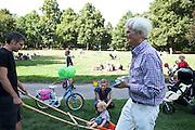 Kinderfest Die Grünen, festa dei bambini organizzata dai Verdi nell'ambito della campagna elettorale. Nella foto Hans Christian Stroebele candidato del Verdi.