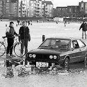 NLD/Huizen/19920126 - Auto door het ijs gezakt Gooimeer bij Gooierhoofd Huizen