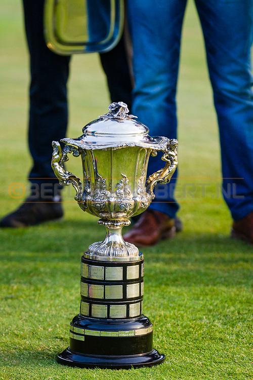 17-05-2015 NGF Competitie 2015, Hoofdklasse Heren - Dames Standaard - Finale, Golfsocieteit De Lage Vuursche, Den Dolder, Nederland. 17 mei. VARIOUS Kampioensbeker heren tijdens de prijsuitreiking.