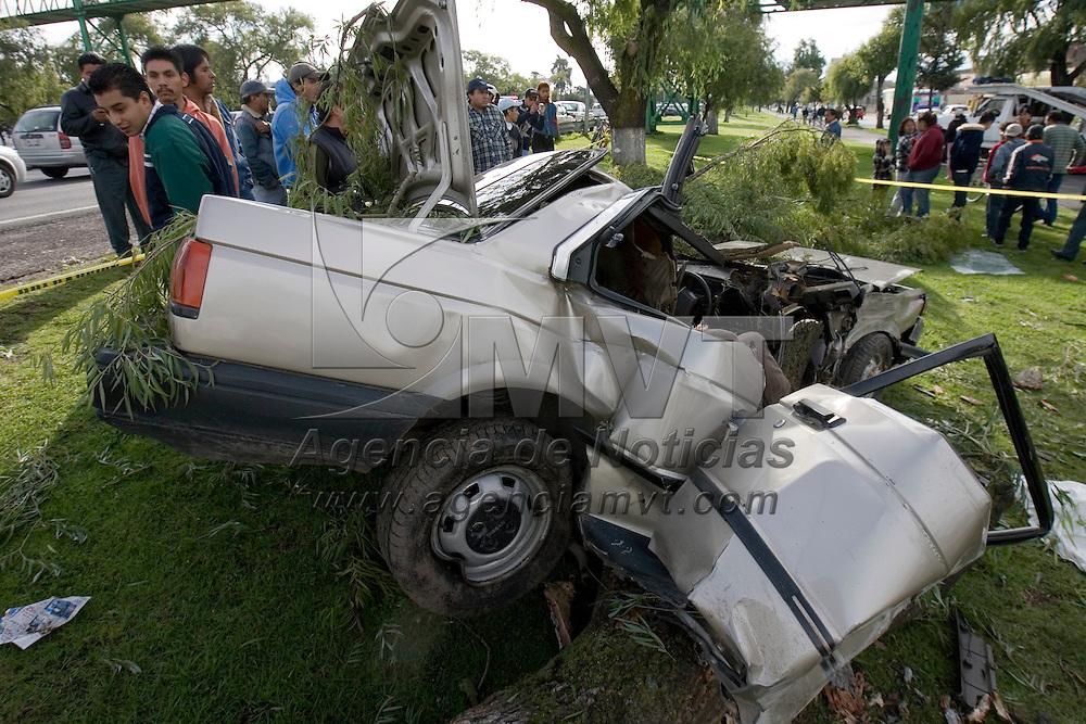 TOLUCA, México.- Dos jóvenes murieron esta mañana cuando el conductor perdió el control e impactó su vehiculo contra un árbol sobre el paseo Tollocan pasando el puente de la vialidad Comonfort. Agencia MVT / Mario Vázquez de la Torre. (DIGITAL)