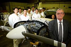 O presidente da Aeromot, Claudio Barreto Vianna, na oficina da empresa que produz o avião Chimango com a equipe de mecânicos chineses que estão aprendendo a tecnologia. FOTO: Lucas Uebel/Preview.com