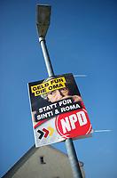 DEU, Deutschland, Germany, Prösen, 22.08.2013:<br />Ein Wahlplakat der rechtsextremen Partei NPD mit der Aufschrift Geld für die Oma statt für Sinti und Roma hängt an einer Laterne im südbrandenburgischen Dorf Prösen.