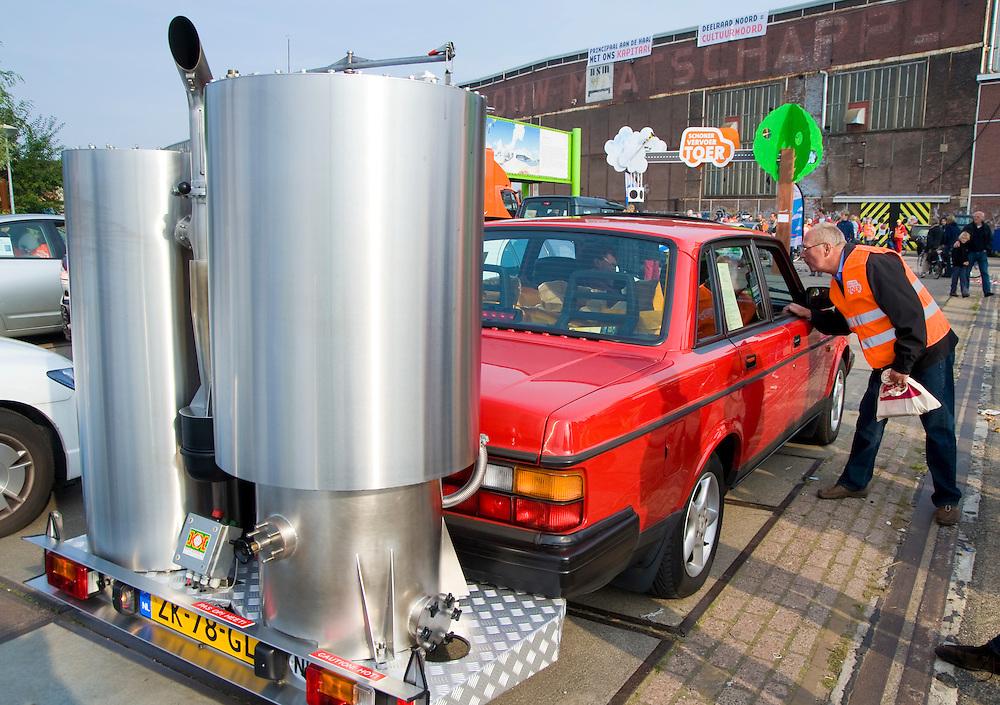 Nederland,  Amsterdam, 21 sept 2008.Autovrije dag Amsterdam. In een optocht van auto's met bijzondere brandstof rijdt ook een oude volvo mee  die op hout rijdt, zoals ook in de wereldoorlog wel te zien was. Nu is de installatie echter geheel nieuw en gemoderniseerd.  Niet CO2 neutraal, maar je hoeft geen olie uit het midden oosten te halen.. ..Foto (c) Michiel Wijnbergh