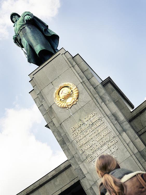 monument in Berlijn die neer kijkt op meisje