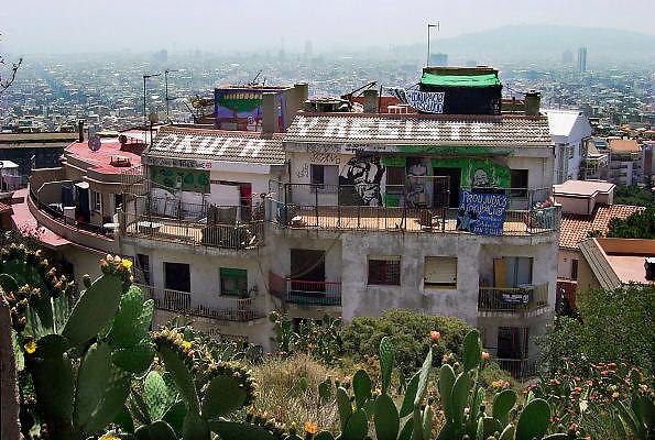 Spanje, Barcelona, 5-6-2005..Een gekraakt huis buiten het centrum.. toerisme, economie, vakantie, stedentrip, stadsgezicht. wonen, woning, woningnood, stadsvernieuwing. Kraken, krakers, huizenprijs. Bezet en biedt tegenstand staat op het dak geschreven. Autonomen, anarchisten...Foto: Flip Franssen