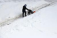 Bialystok, 09.02.2021. Nieskuteczna walka ze sniegiem w Bialymstoku. Firmy, ktore wygraly przetarg na odsniezanie miasta w tym roku, nie wywiazuja sie ze swoich obowiazkow. Glowne ulice stolicy Podlasia od kilku dni pokrywa gruba warstwa lodu i sniegu. Miasto juz po raz drugi nalozylo kary na nierzetelne firmy. N/z odsniezanie osiedlowego chodnika dla pieszych fot Michal Kosc / AGENCJA WSCHOD