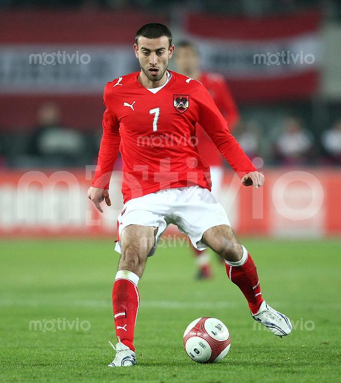 Fussball International Testspiel  Oesterreich 0-1 England Yueksel Sariyar (AUT) am Ball
