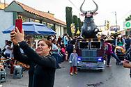 Una mujer se toma una selfie en el recorrido de toritos de Tultepec.  / A woman takes a selfie at the toritos parade in Tultepec