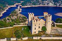France, Loire (42), Chambles, le chateau d'Essalois qui domine les gorges de la Loire et le lac Grangent // France, Loire, village of Chambles, Essalois castle above the Loire valley