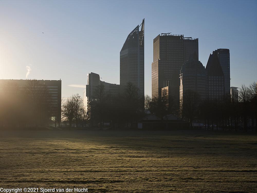 Uitzicht in de ochtend vanaf het Malieveld op de skyline met ministeries in Den Haag.   View in the morning from the Malieveld of the skyline with ministries in The Hague.