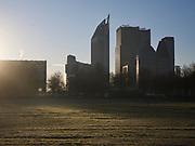 Uitzicht in de ochtend vanaf het Malieveld op de skyline met ministeries in Den Haag. | View in the morning from the Malieveld of the skyline with ministries in The Hague.