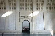 Belgie, Ieper, 4-9-2005De Menenpoort, meense poort met de leeuw die richting het front over de stad waakt. Hier zijn namen van 55.000 vermisten uit de eerste wereldoorlog, WO-1,de grote oorlog. the great war, die bij Ieper sneuvelden gegraveerd. belgium, WW-1, monument. Ypres, Menin gate De klaproos is symbool voor de gesneuvelde soldaten.Foto: Flip Franssen/Hollandse Hoogte