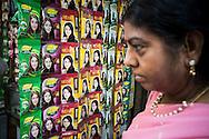 Skönhetsprodukter med henna marknadsförs av en ljus modell, Delhi, Indien