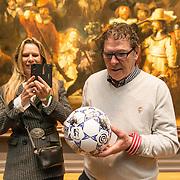 NLD/Amsterdam/20190408 - Willem van Hanegem onthult Eredivisie-bal in Rijksmuseum , Willem van Hanegem en partner Marianna Beun