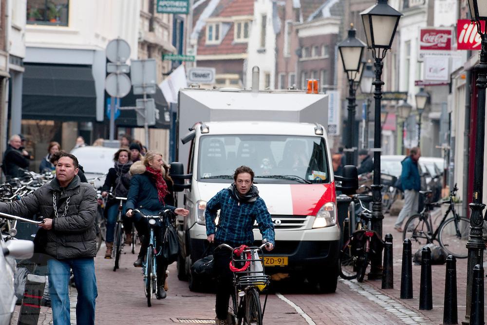 Een vuilniswagen blokkeert in de Twijnstraat de doorgang voor fietsers bijna