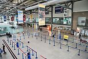 Duitsland, Weeze, 24-8-2020 Vlak over de grens ligt het regionaal vliegveld , Weeze airport, wat een belangrijke regionale luchthaven is voor reizigers uit zuid en oost Nederland, en en als thuisbasis fungeert voor enkele Ryanair toestellen. Door de coronacrisis wordt er veel minder gevlogen en is het rustig in de stationshal . Foto: ANP/ Hollandse Hoogte/ Flip Franssen
