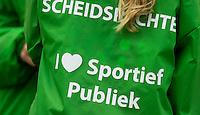 NIJMEGEN - Ballenkinderen met op hun rug :  Scheidsrechter  ik houd van sportief publiek.    Pinoke wint de derde en beslissende play out wedstrijd van Nijmegen met 3-0 en blijft hierdoor in de hoofdklasse. Nijmegen  weet niet te promoveren. COPYRIGHT KOEN SUYK