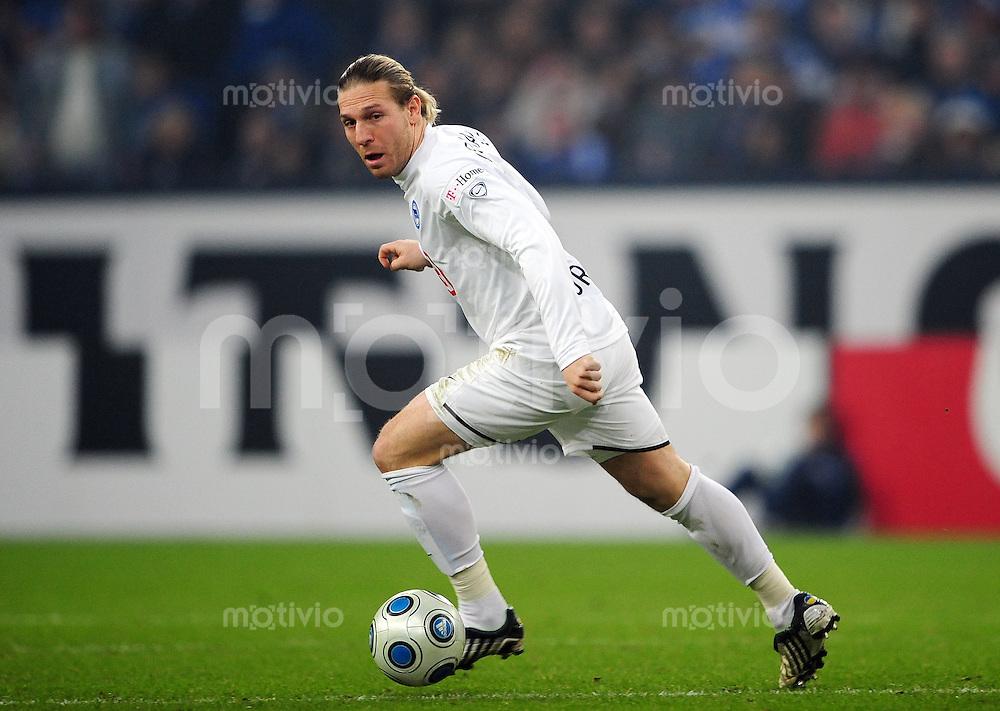 FUSSBALL   1. BUNDESLIGA   SAISON 2008/2009   16. SPIELTAG FC Schalke 04 - Hertha BSC Berlin                           06.12.2008 Andrey VORONIN (Hertha BSC Berlin) Einzelaktion am Ball