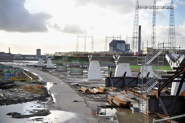 Nederland, Nijmegen, 3-1-2012Bouwplaats aan de westrand van Nijmegen waar men werkt aan de aanleg van een nieuwe waalbrug, de stadsbrug, die Nijmegen verbindt met het stadsdeel Lent en oosterhout aan de andere kant van de rivier. Hij gaat de oversteek heten.De brug is een ontwerp van de Belgische architecten Ney en Paulissen.Foto: Flip Franssen/Hollandse Hoogte
