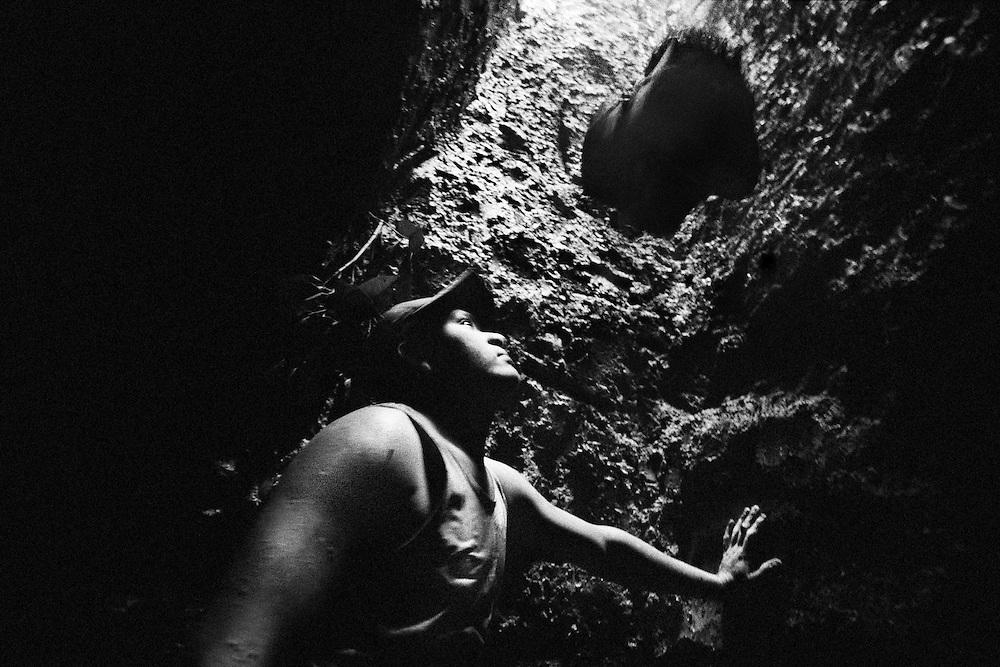 Brazil, Amazonas, Eldorado do Juma.<br /> <br /> Grota Velha, garimpeiro.<br /> Eldorado do Juma est maintenant un bidonville de plastique noir et de misere croissante sur la rive du fleuve, qui attire les prospecteurs. Des centaines d'hommes y creusent la boue sur leurs petites parcelles delimitees par des branchages et des ficelles. A la fin du jour, les plus chanceux auront trouve quelques poussieres d'or, vendues ensuite 40 reals le gramme (14,5 euros) a Apui, 65km au nord. Les plus riches du coin sont ceux et celles qui cuisinent, nettoient ou divertissent les mineurs.<br /> Il y a trop de prospecteurs pour la teneur du filon, du coup les garimpeiros s'eparpillent sur une surface qui couvre plus de 40 hectares. Tous les mineurs dependent de l'autorisation d'une cooperative de proprietaires pour travailler. Ces proprietaires ne possedent pourtant pas de titre foncier pour justifier leur etat, ils sont simplement arriver les premiers sur les parcelles : c'est la loi de l'or.<br /> Quatre mois apres le debut de cette ruee, la plupart du minerai qui peut etre extrait manuellement a ete trouve, les mineurs qui restent sont les survivants de la rumeur. Ils n'ont souvent plus rien et esperent seulement trouver de quoi payer le voyage pour aller tenter leur chance vers d'autres terres promises.