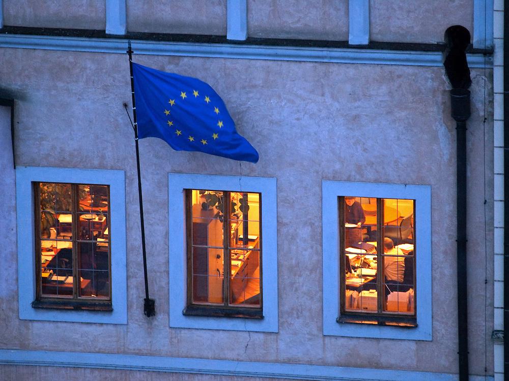 Die EU Flagge an einem Gebaeude am Altstaedter Ring im Zentrum von Prag.<br /> <br /> The EU flag on a building at Old Town Square in the city center of Prague.