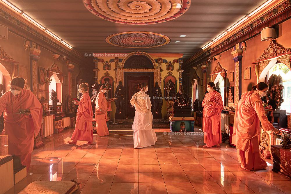 Altare, Liguria, Matha Gitananda Ashram, Monastero induista tradizionale. -Nel corso della preghiera puja alle divinità nel tempio si offre incenso