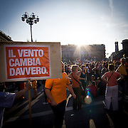Sostenitori di Giuliano Pisapia in piazza Duomo durante i festeggiamenti per la vittoria...Fans of Giuliano Pisapia in Duomo square during the celebration for the Pisapia victory