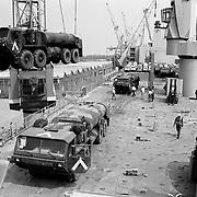 Overslag van Amerikaans militair materieel vanuit Irak in Rotterdam, desert storm, schip, takel, kraan, boot, haven, bondgenoot,